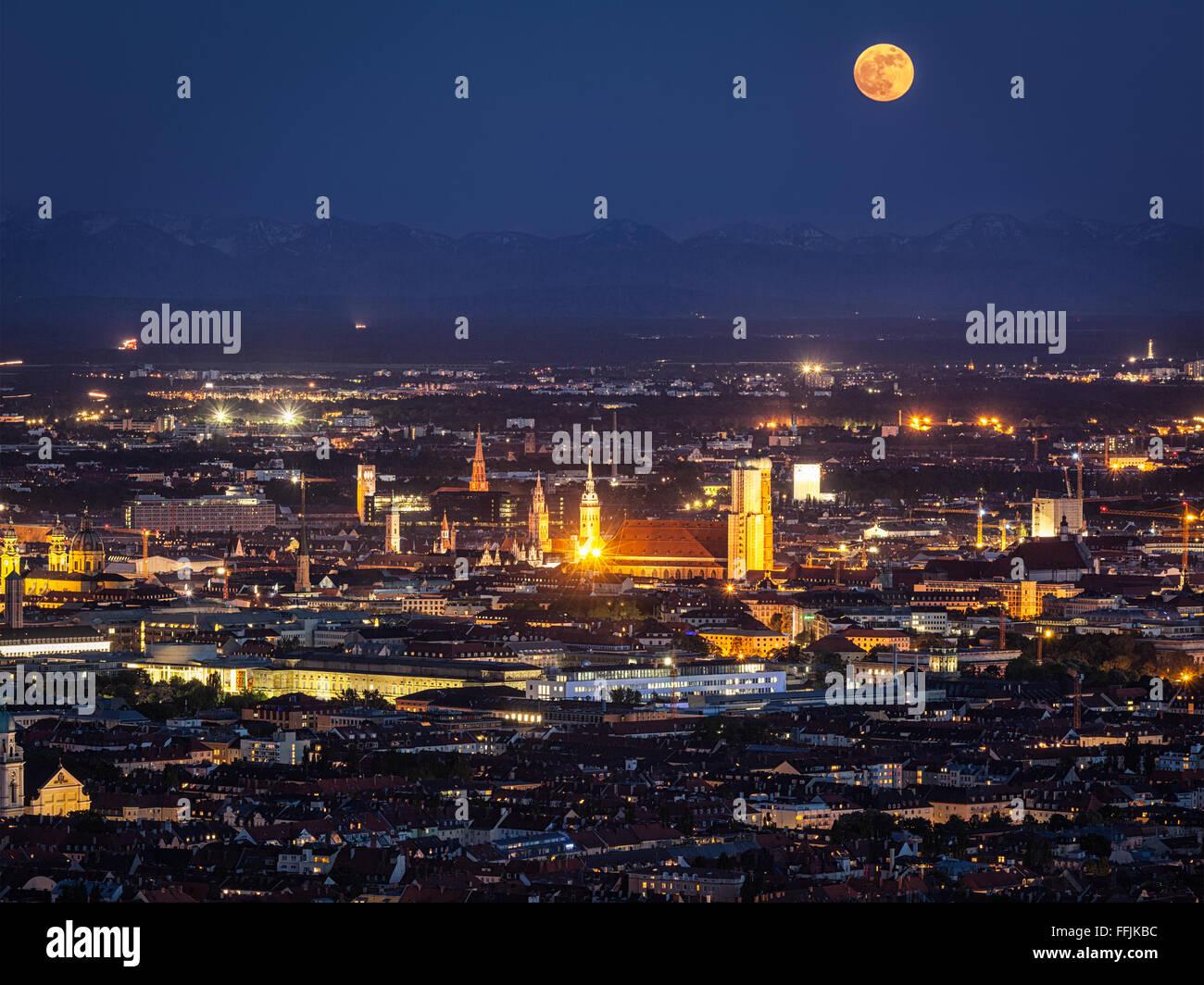 Notte Vista aerea di Monaco di Baviera, Germania Immagini Stock
