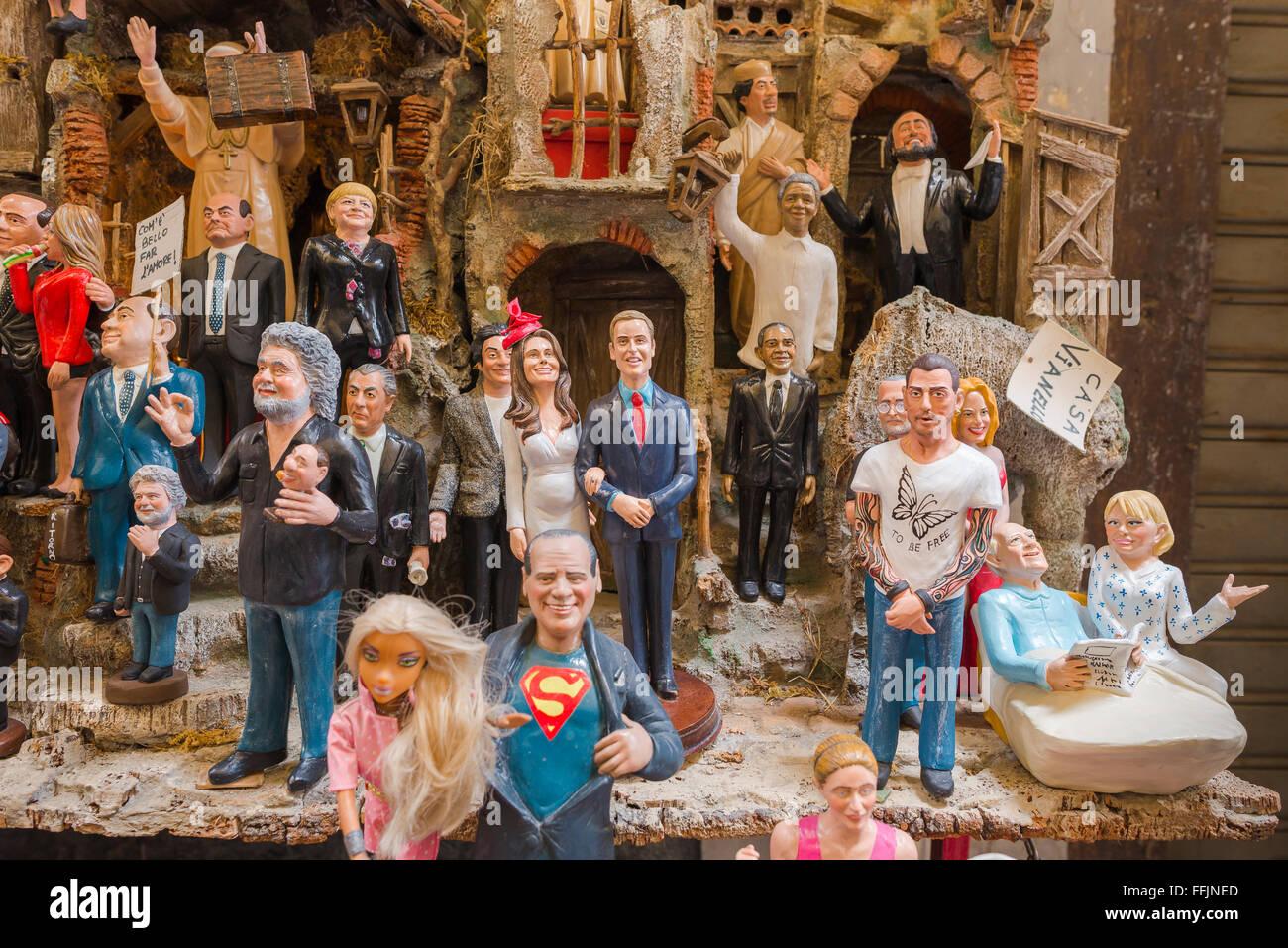 Presepe shop Napoli, un gruppo di celebrità colorate figurine realizzati da artigiani del presepe il negozio nella Via San Gregorio Armeno a Napoli, Italia. Foto Stock