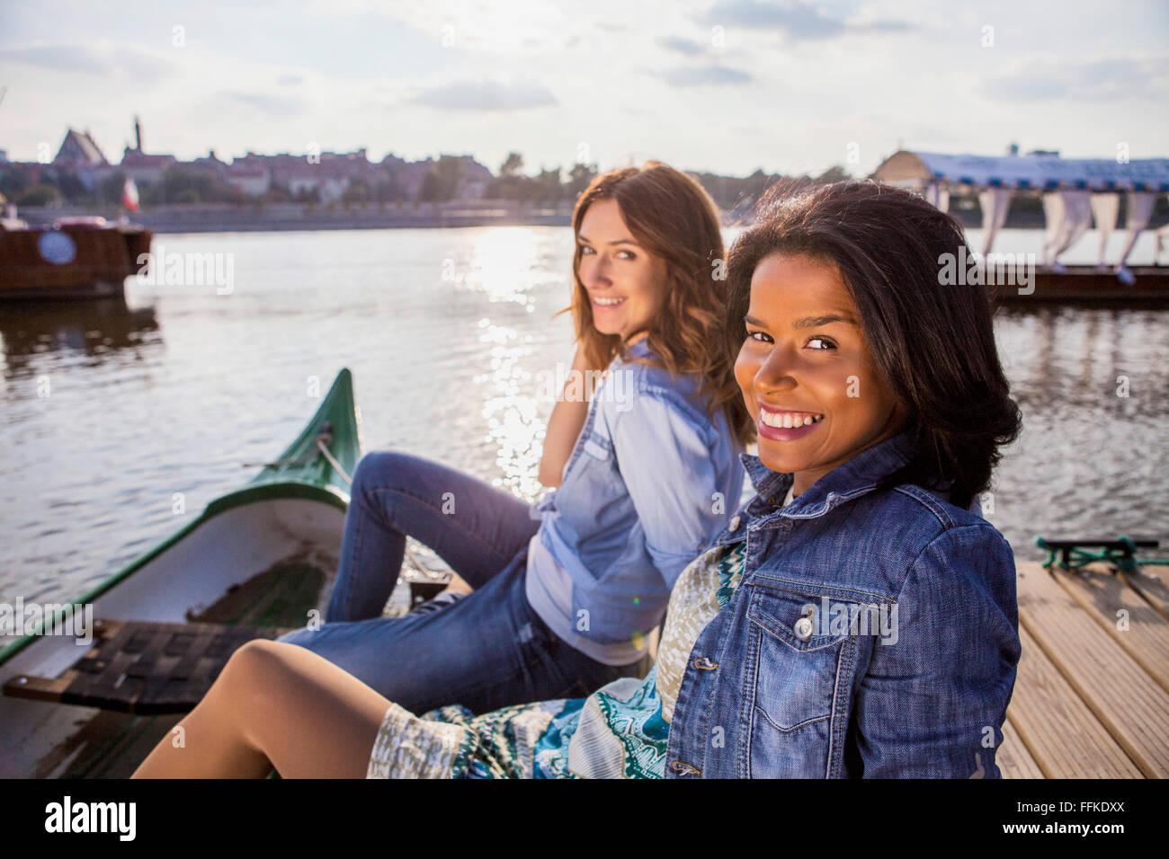 Ritratto di due donne su una pausa in città di Varsavia Immagini Stock