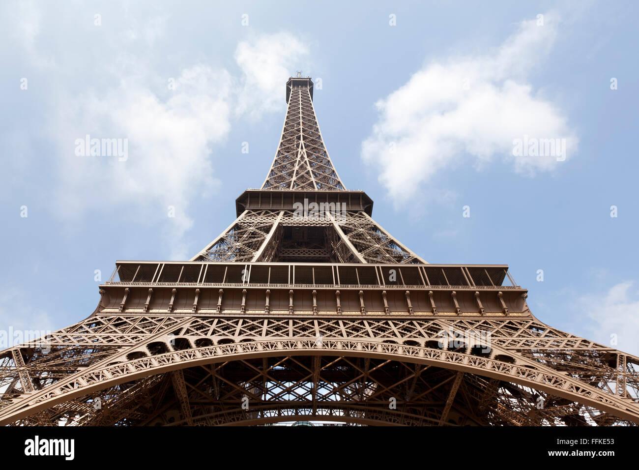 Torre Eiffel visto da sotto Parigi Francia Immagini Stock