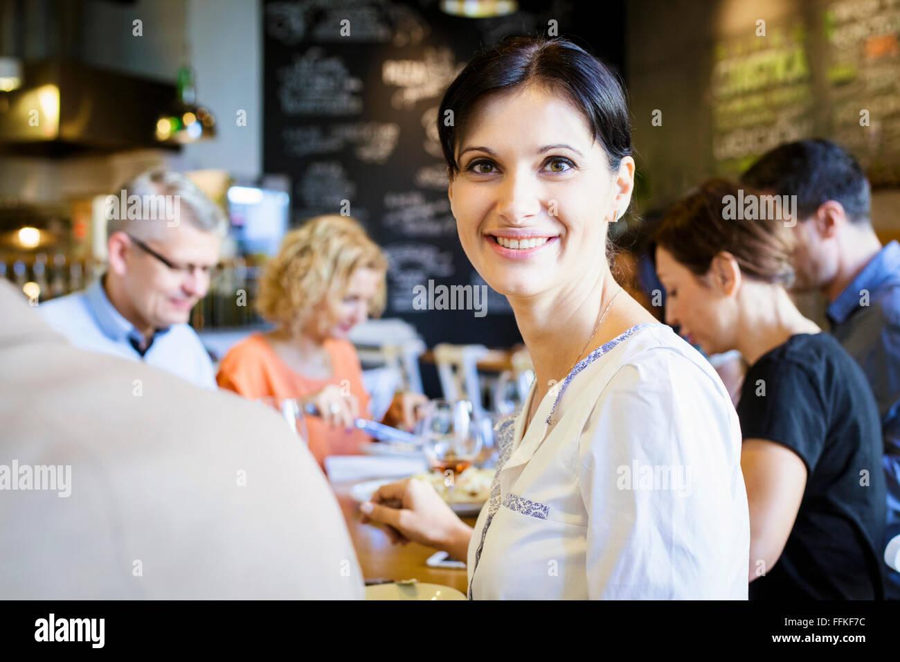 Gruppo di amici a celebrare in ristorante Immagini Stock