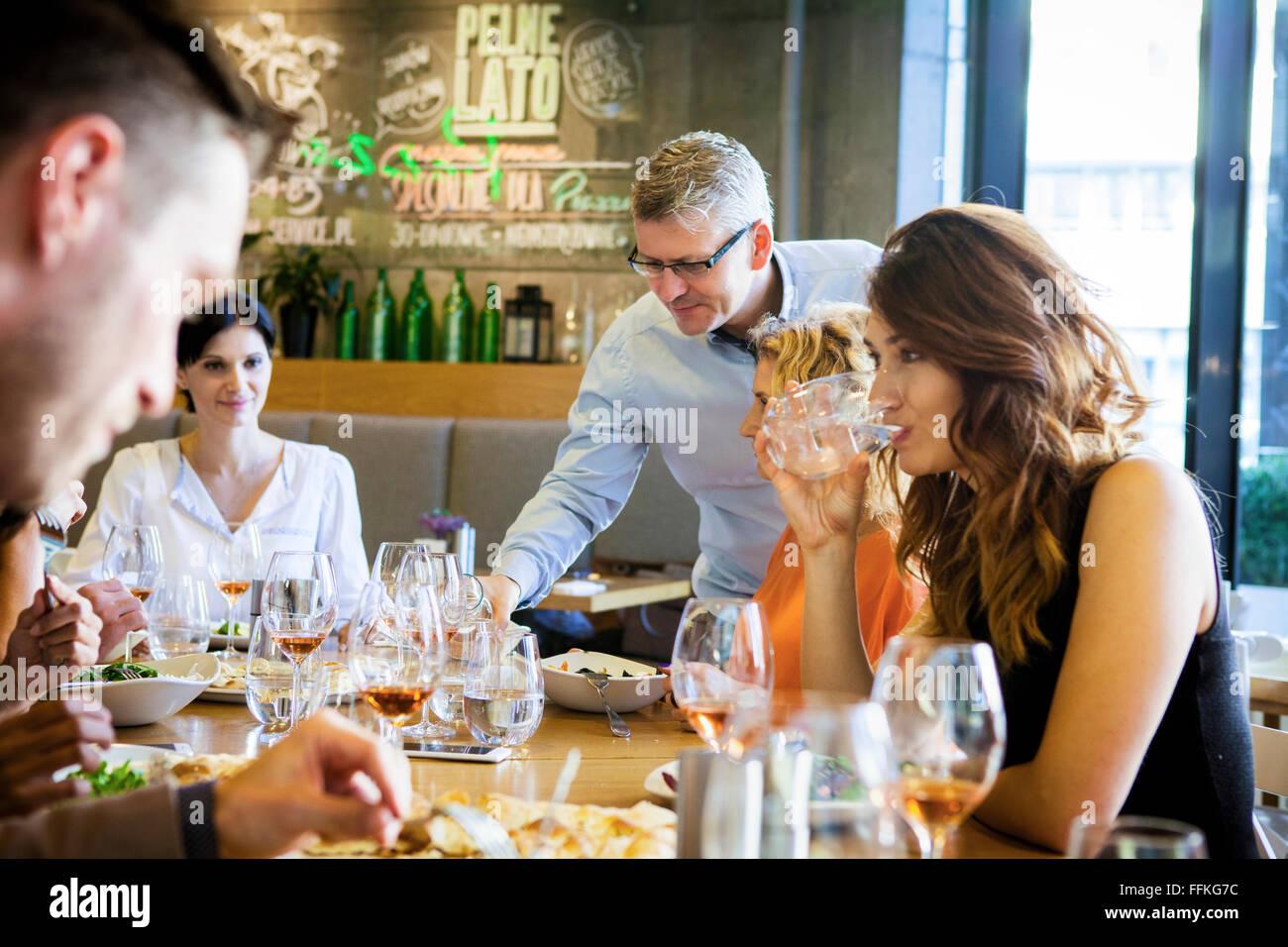 Gruppo di amici a cena in ristorante Immagini Stock