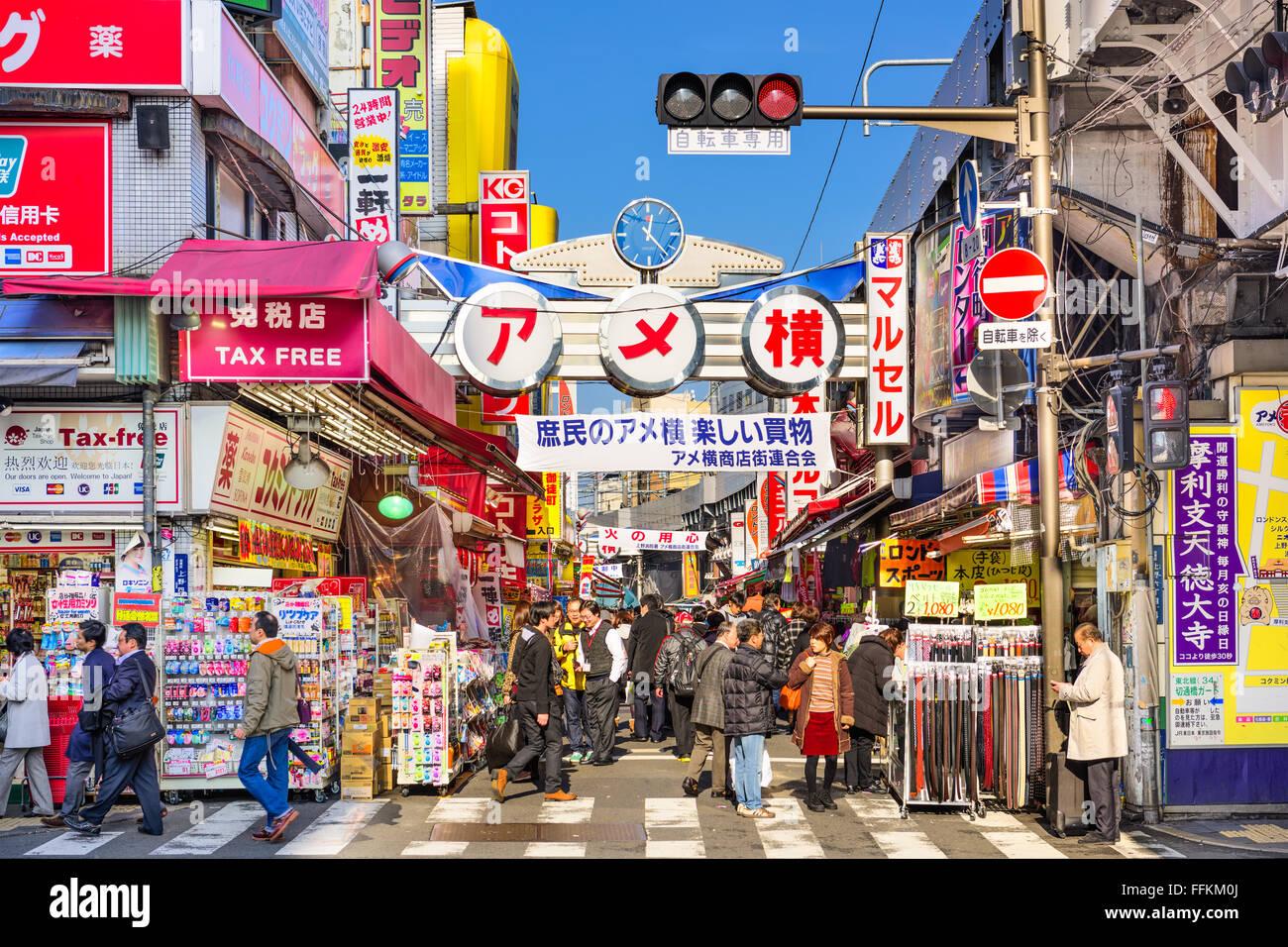 Folle a Ameyoko quartiere dello shopping di Tokyo, Giappone. Immagini Stock
