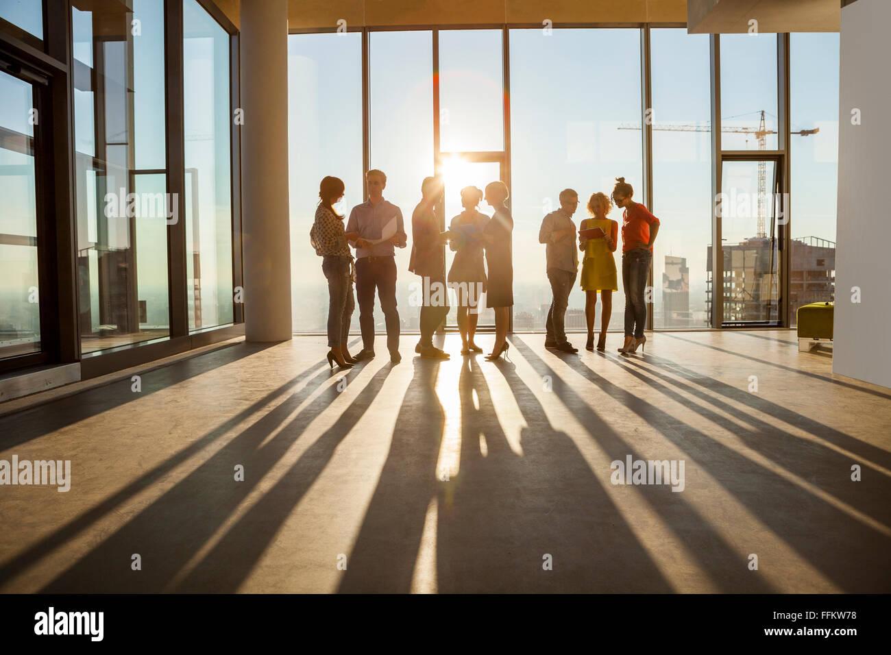 Team di architetti in riunione aziendale contro Urban Skyline Immagini Stock