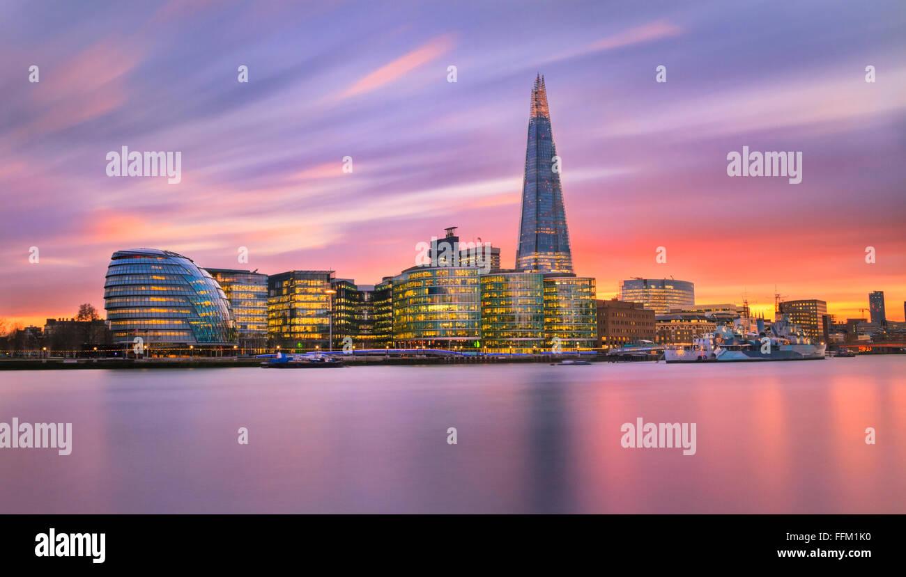 Una vista in direzione di City Hall, Shard e altri edifici lungo con il fiume Thames, London, Regno Unito. Immagini Stock