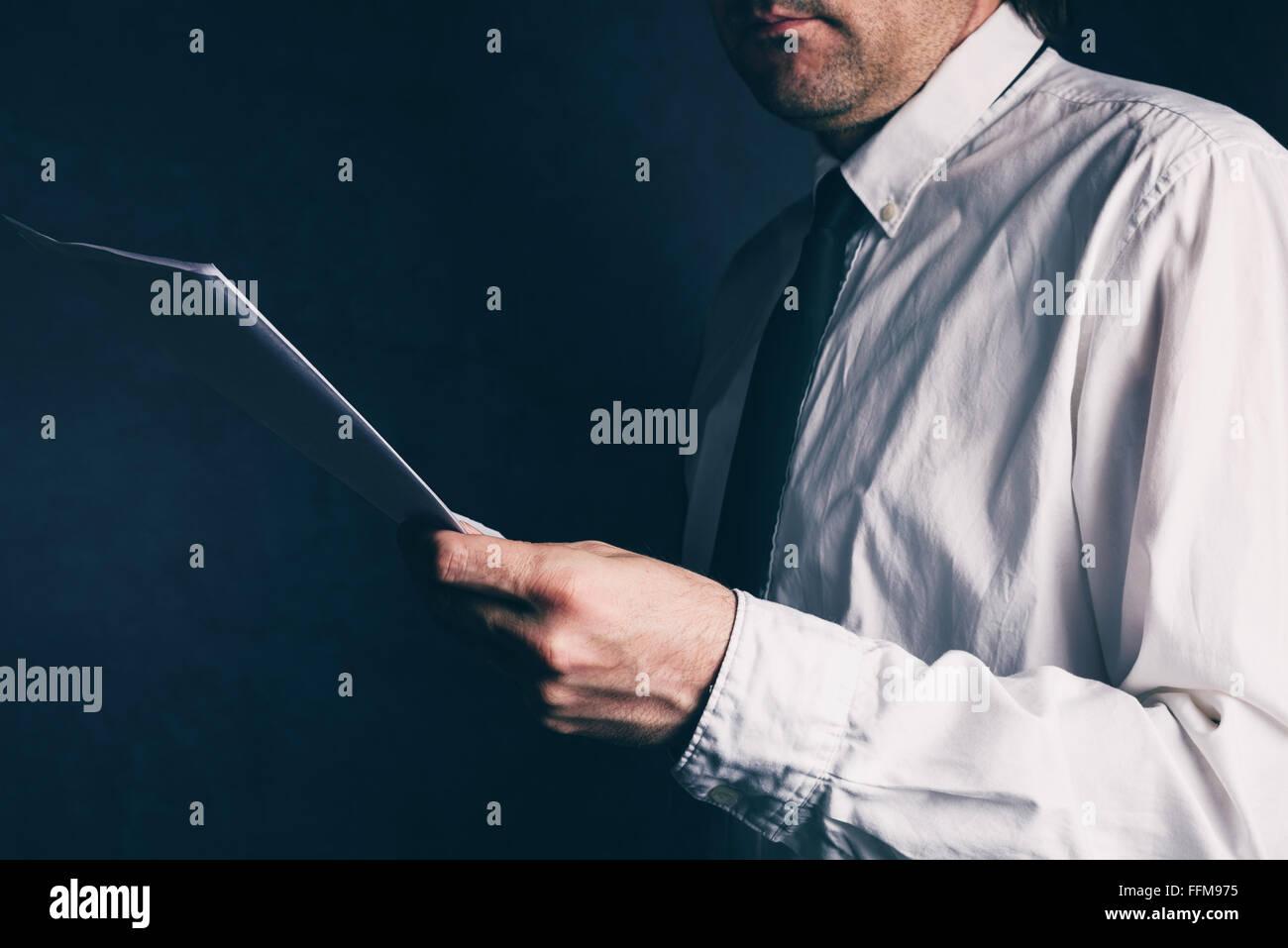 Ispettore fiscale facendo del controllo finanziario, imprenditore di lettura report aziendali, dai toni retrò, Immagini Stock