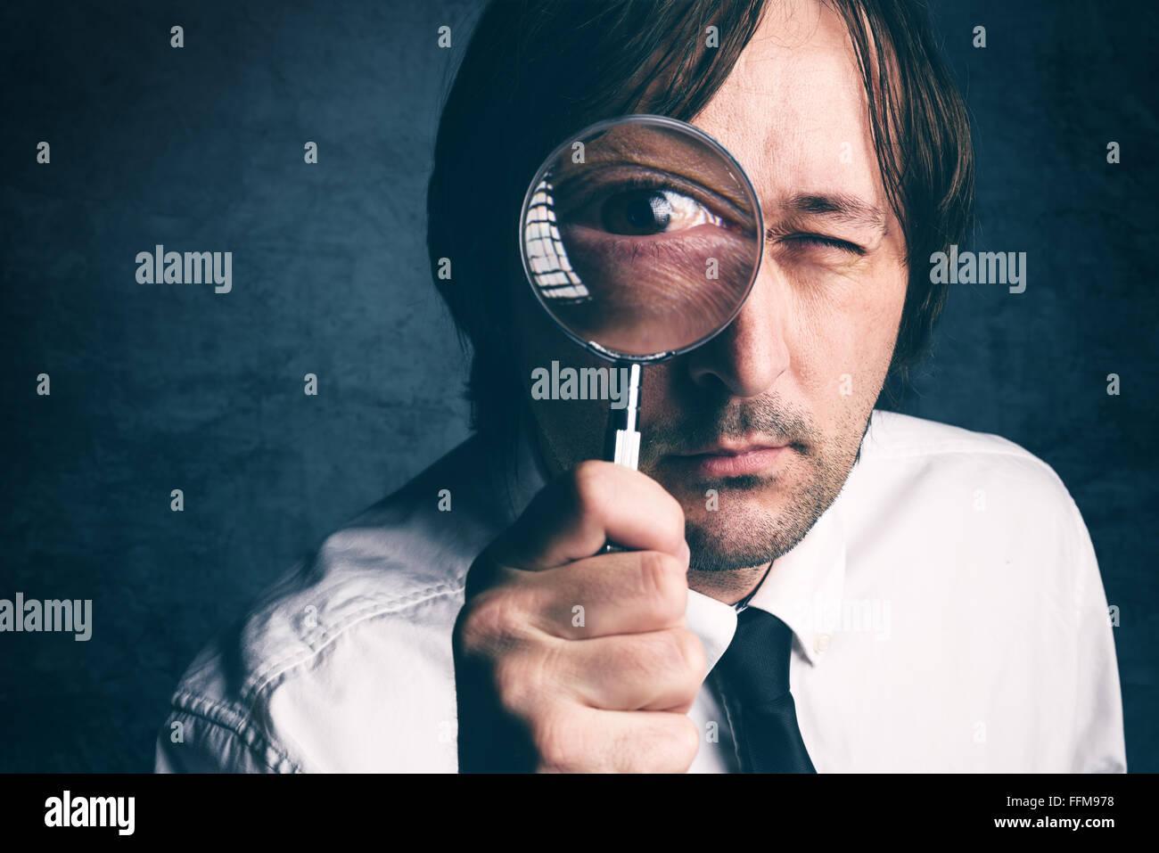Imprenditore con lente di ingrandimento, ispettore fiscale facendo del controllo finanziario, dai toni retrò, Immagini Stock