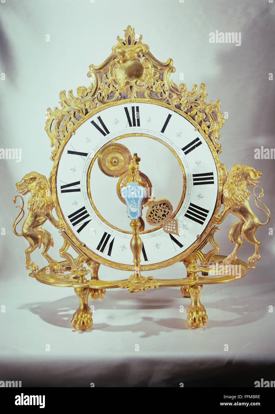 Orologio da tavolo con i lions, XVIII secolo Immagini Stock