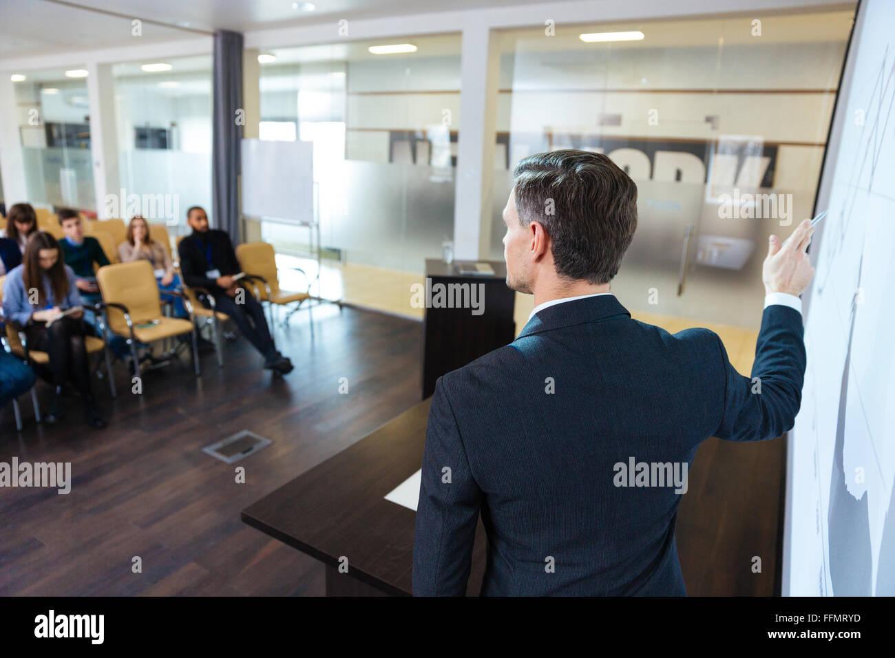 Vista posteriore di altoparlanti intelligente sulla conferenza di lavoro nella sala riunioni Immagini Stock