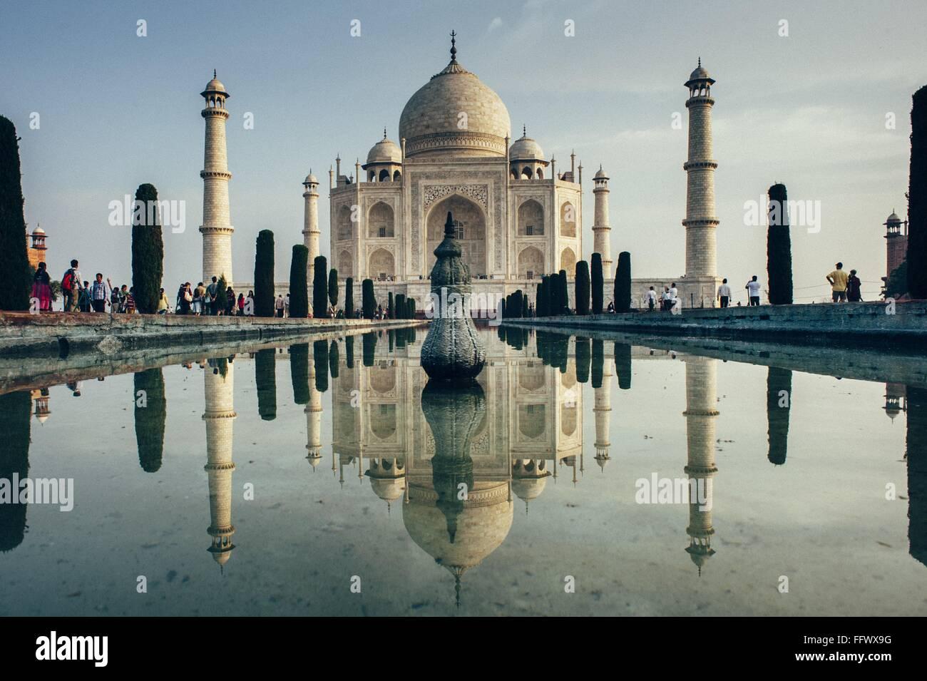 La riflessione del Taj Mahal contro il cielo chiaro Immagini Stock