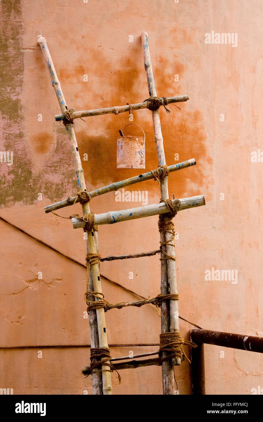 Tin appeso sulla scala di bambù Immagini Stock