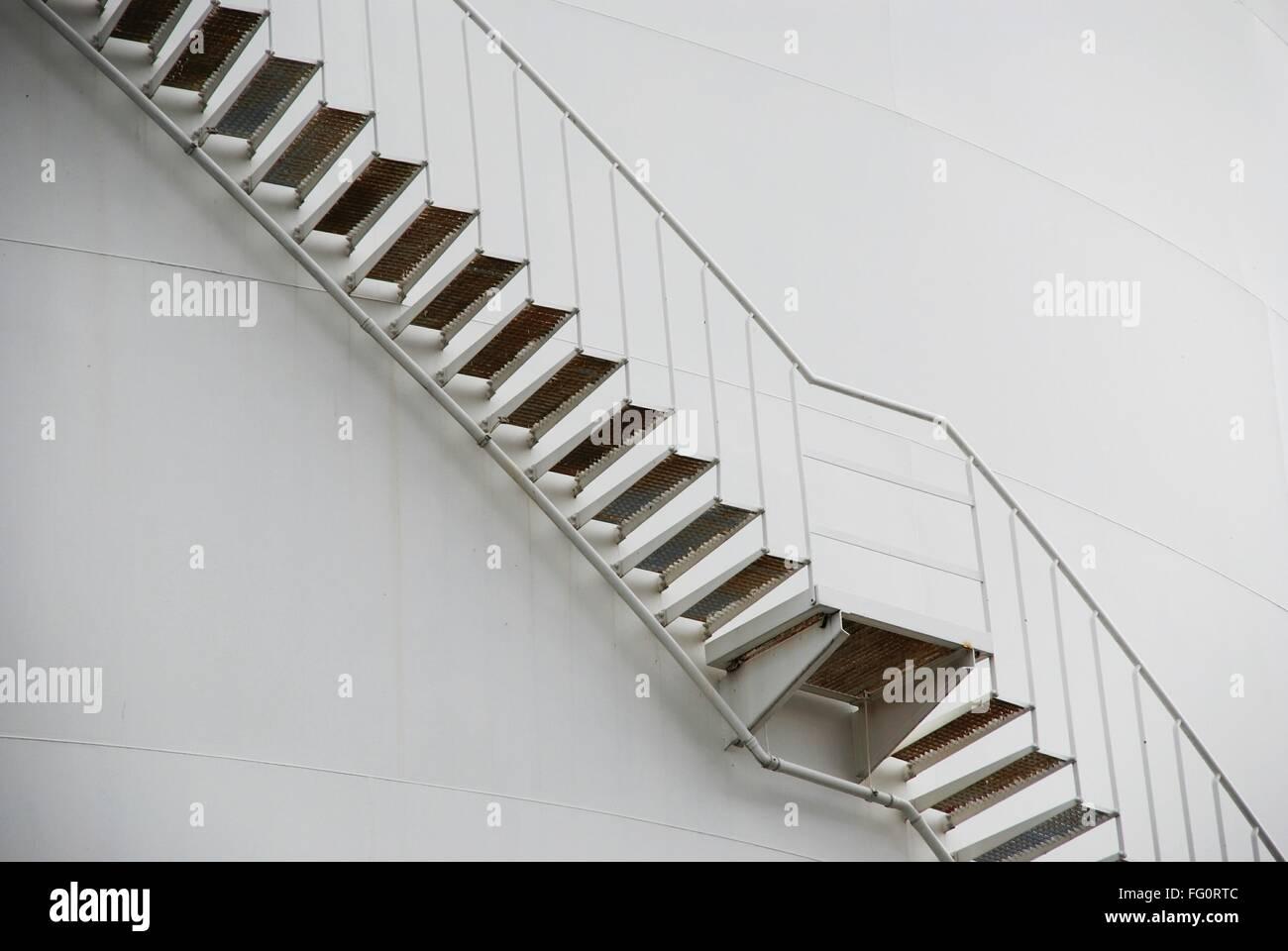 Basso angolo vista di scale contro il muro Immagini Stock