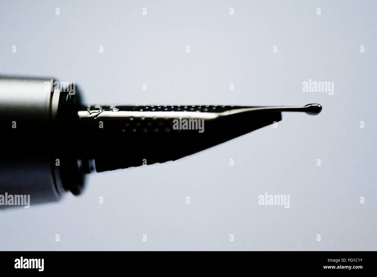 Macro colpo di penna stilografica pennino contro sfondo colorato Immagini Stock
