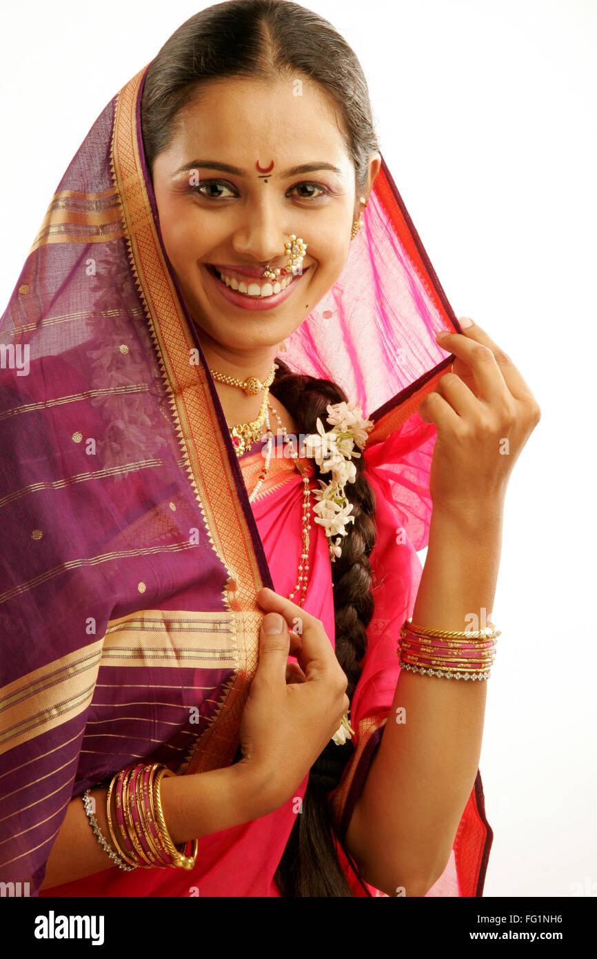 South Asian Indian Maharashtrian ragazza indossando il tradizionale navwari sari appropriate jewelry ghirlanda di Immagini Stock