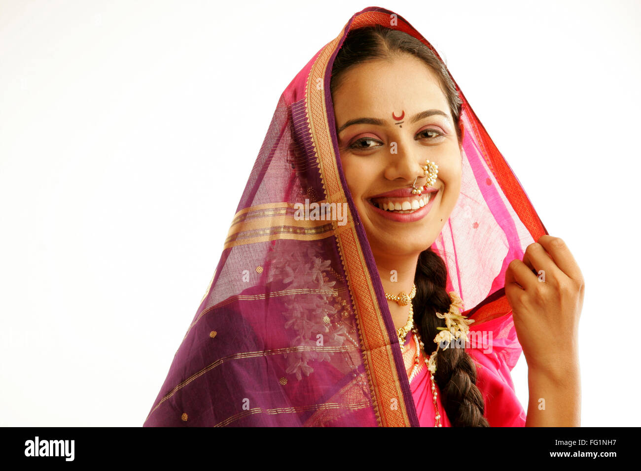 South Asian Indian Maharashtrian ragazza indossando il tradizionale navwari nove yard sari appropriate jewelry ghirlanda Immagini Stock