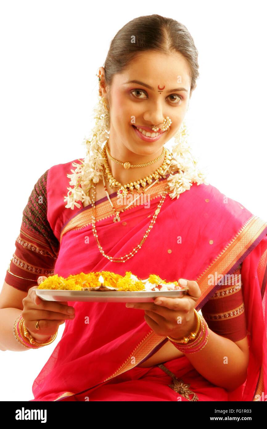 South Asian Indian Maharashtrian ragazza indossando il tradizionale navwari sari appropriate jewelry gajra holding Immagini Stock