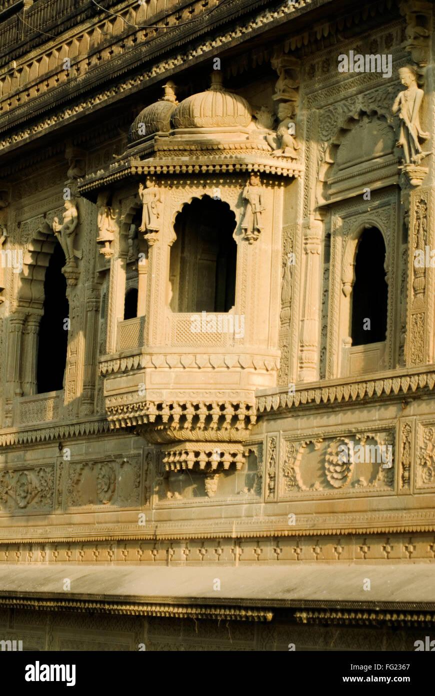 Intagliato balconi a sbalzo al tempio Maheshwar , Maheshwar , Madhya Pradesh , India Foto Stock