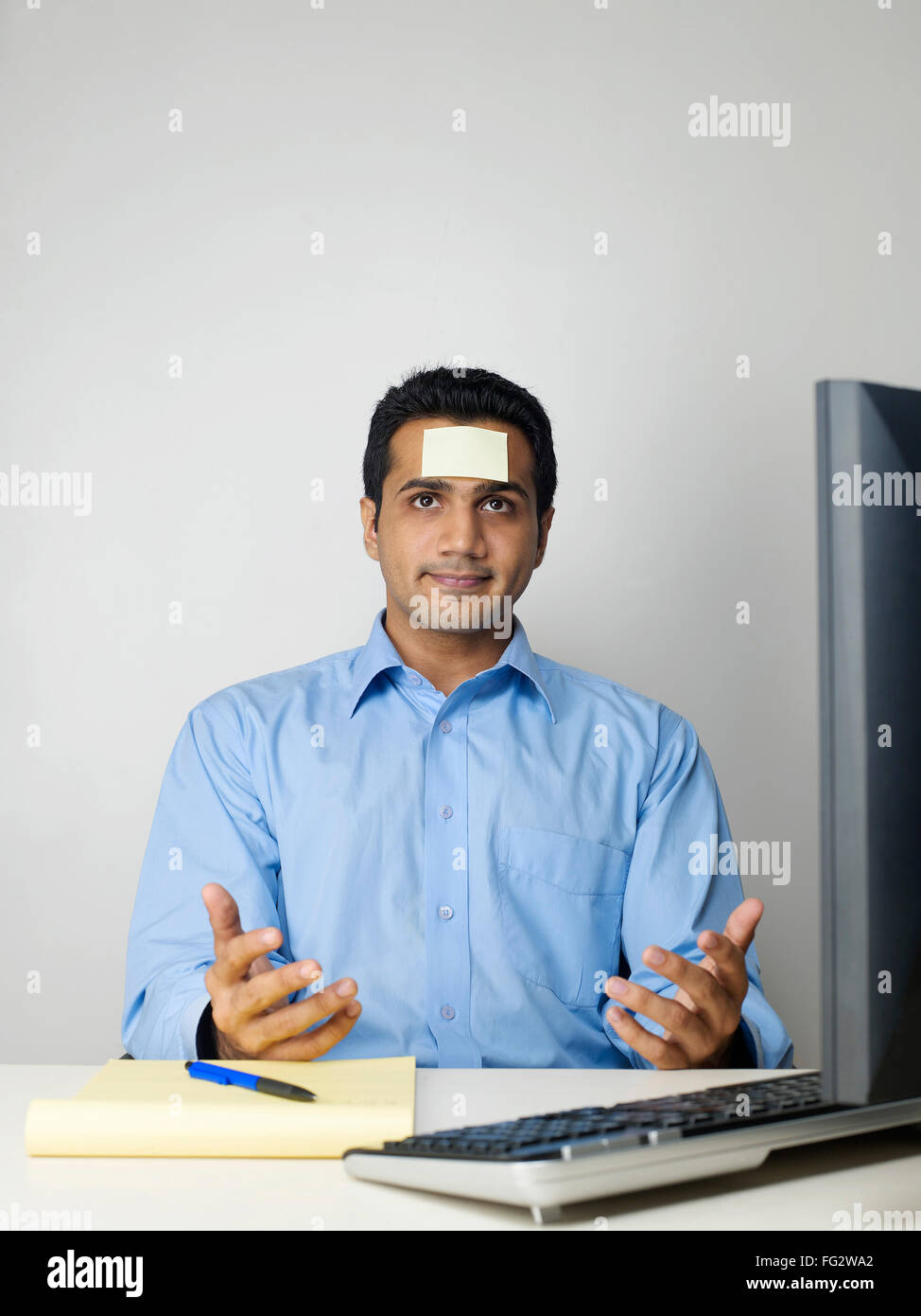 Executive con nota adesiva sul fronte signor#779K Immagini Stock