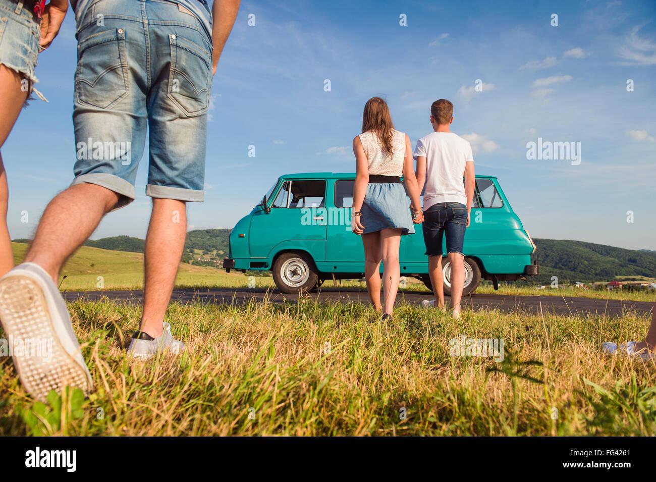 Coppie di innamorati, natura, cielo blu, camper, vista posteriore Immagini Stock