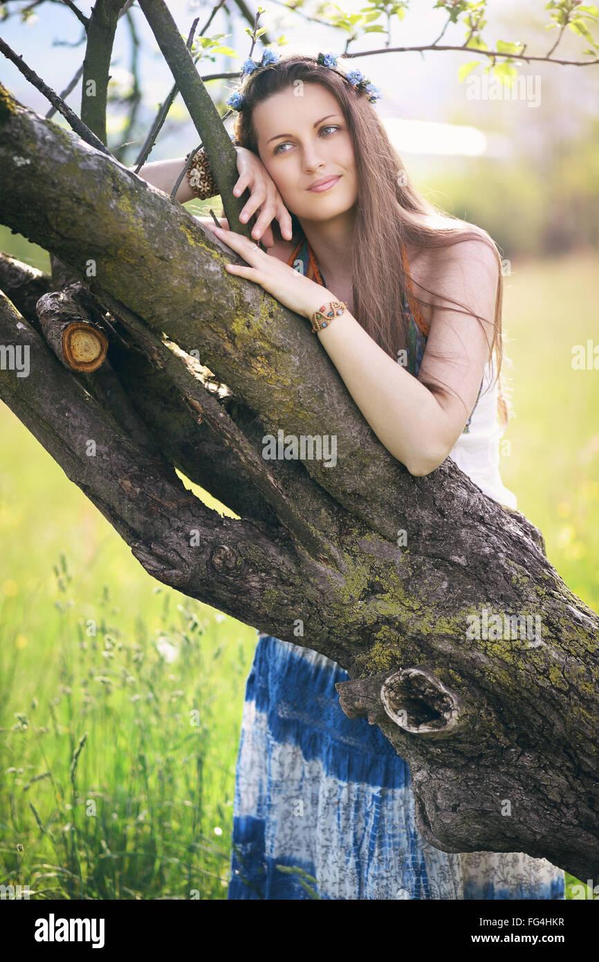 Bella donna di godersi la natura . Serenità e armonia concettuale Immagini Stock