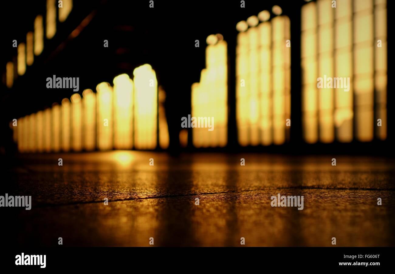 Cielo di tramonto dietro grandi finestre Immagini Stock