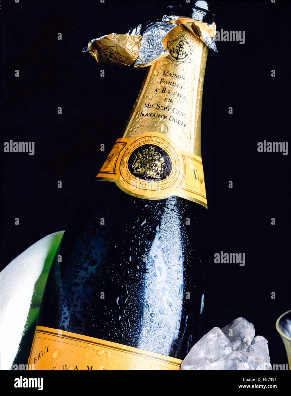 Aprire una bottiglia di Veuve Clicquot champagne nel secchiello ghiaccio, London, England, Regno Unito Immagini Stock
