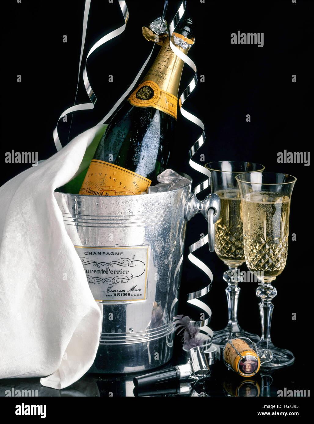 Veuve Clicquot champagne nel secchiello ghiaccio con stelle filanti e bicchieri di cristallo, London, England, Regno Immagini Stock