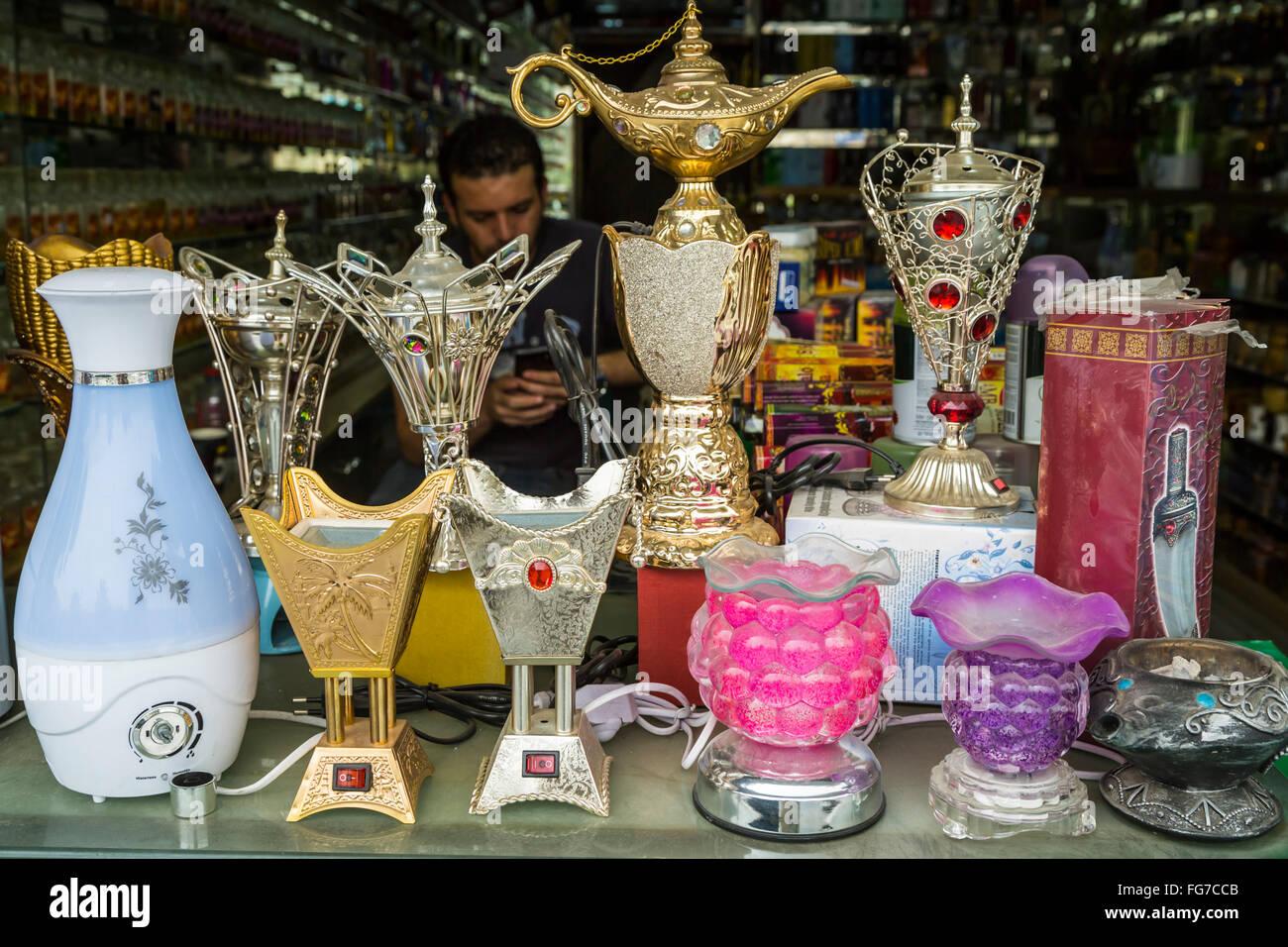 Negozi e negozi nella città vecchia di Amman, Regno Hascemita di Giordania, Medio Oriente. Immagini Stock