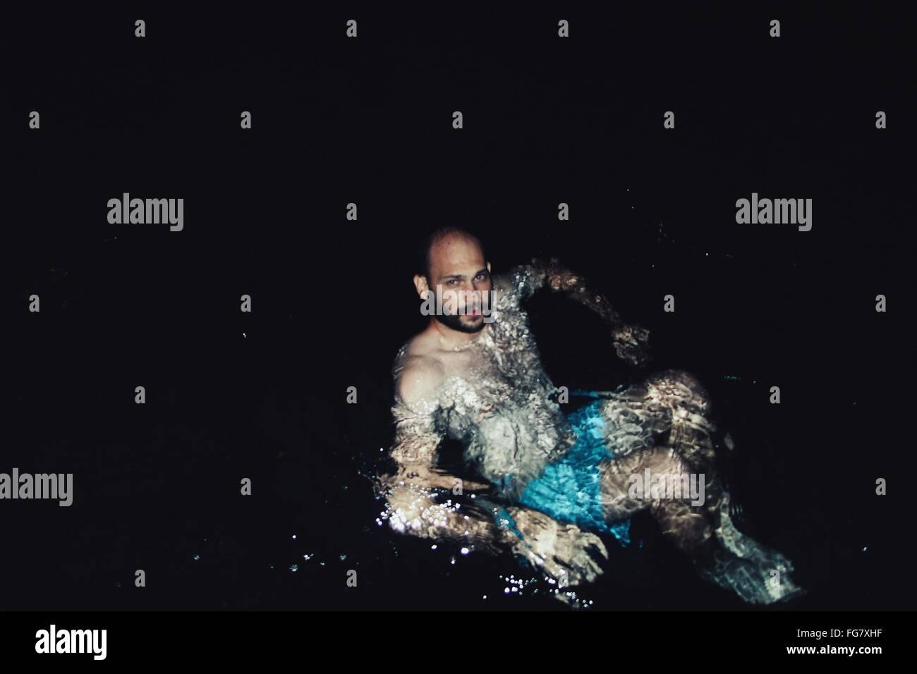 Elevato angolo di visione dell'uomo nuoto al lago Immagini Stock