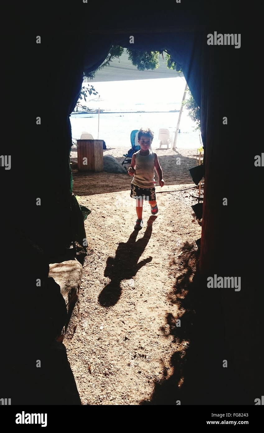 Ragazzo camminando nel campo Immagini Stock