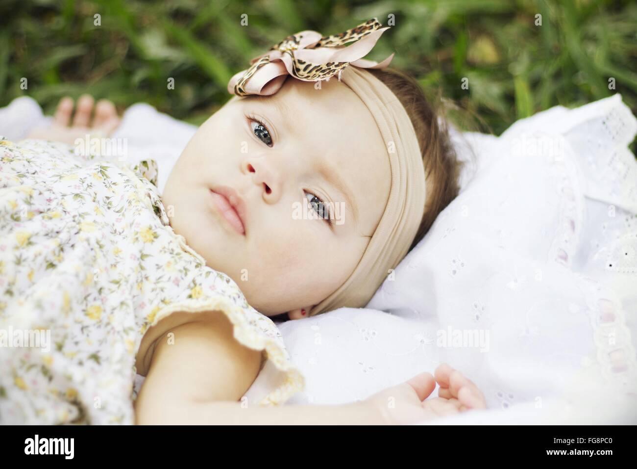 Ritratto di Bambina giacente all'aperto Immagini Stock