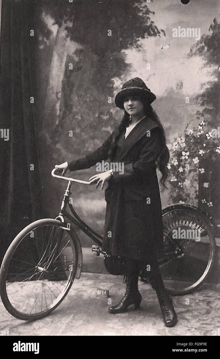 Ritratto di una bellissima donna con la sua bicicletta Immagini Stock