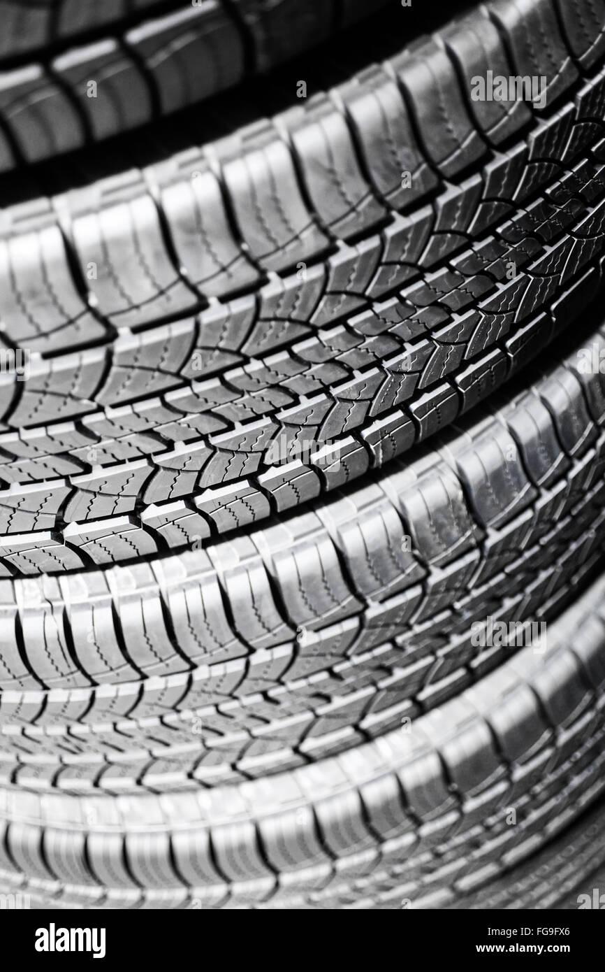 I pneumatici vettura in una pila in corrispondenza di una riparazione automotive service shop Immagini Stock