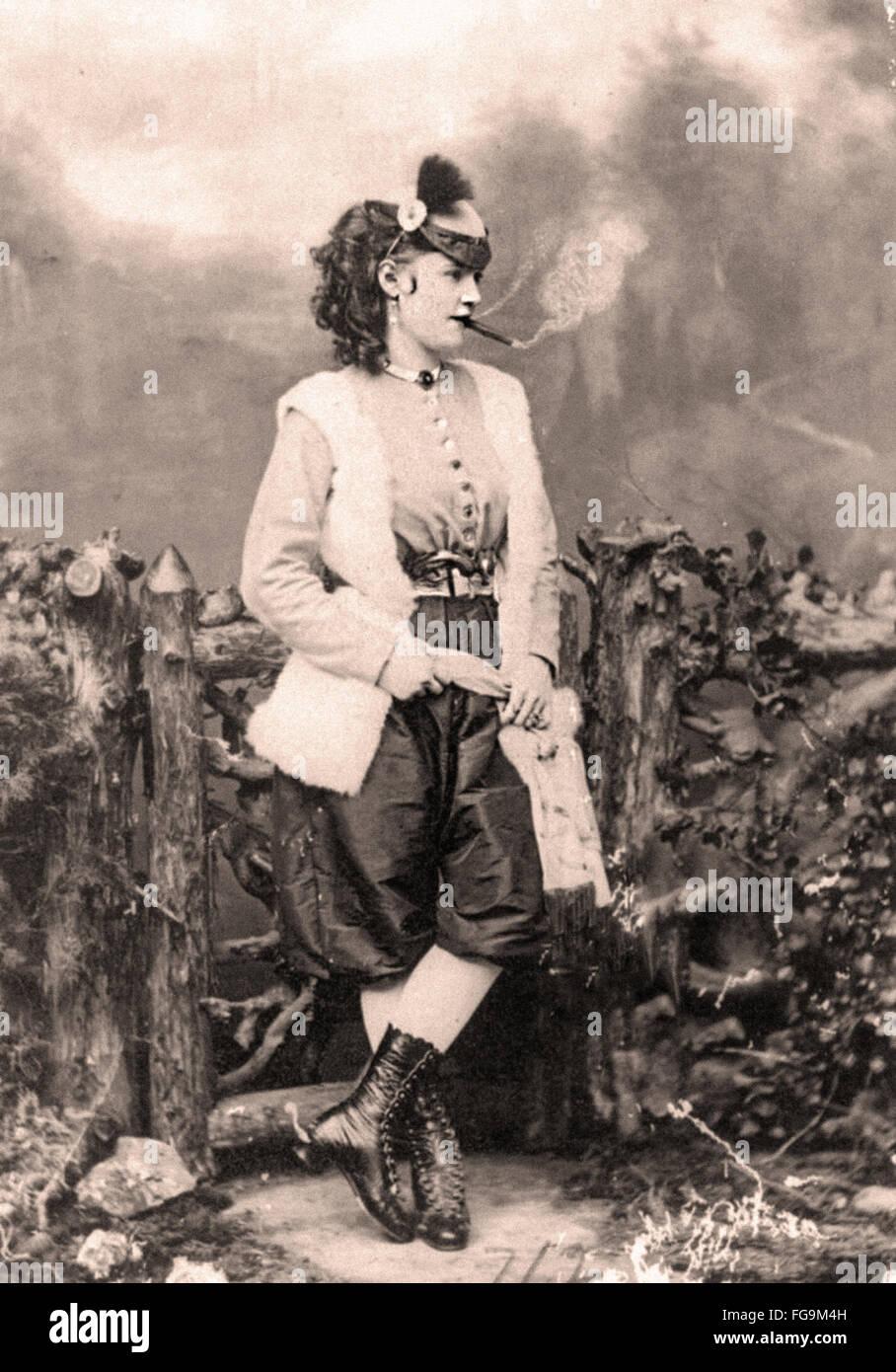 Una bellissima giovane donna Vittoriano di fumare Immagini Stock