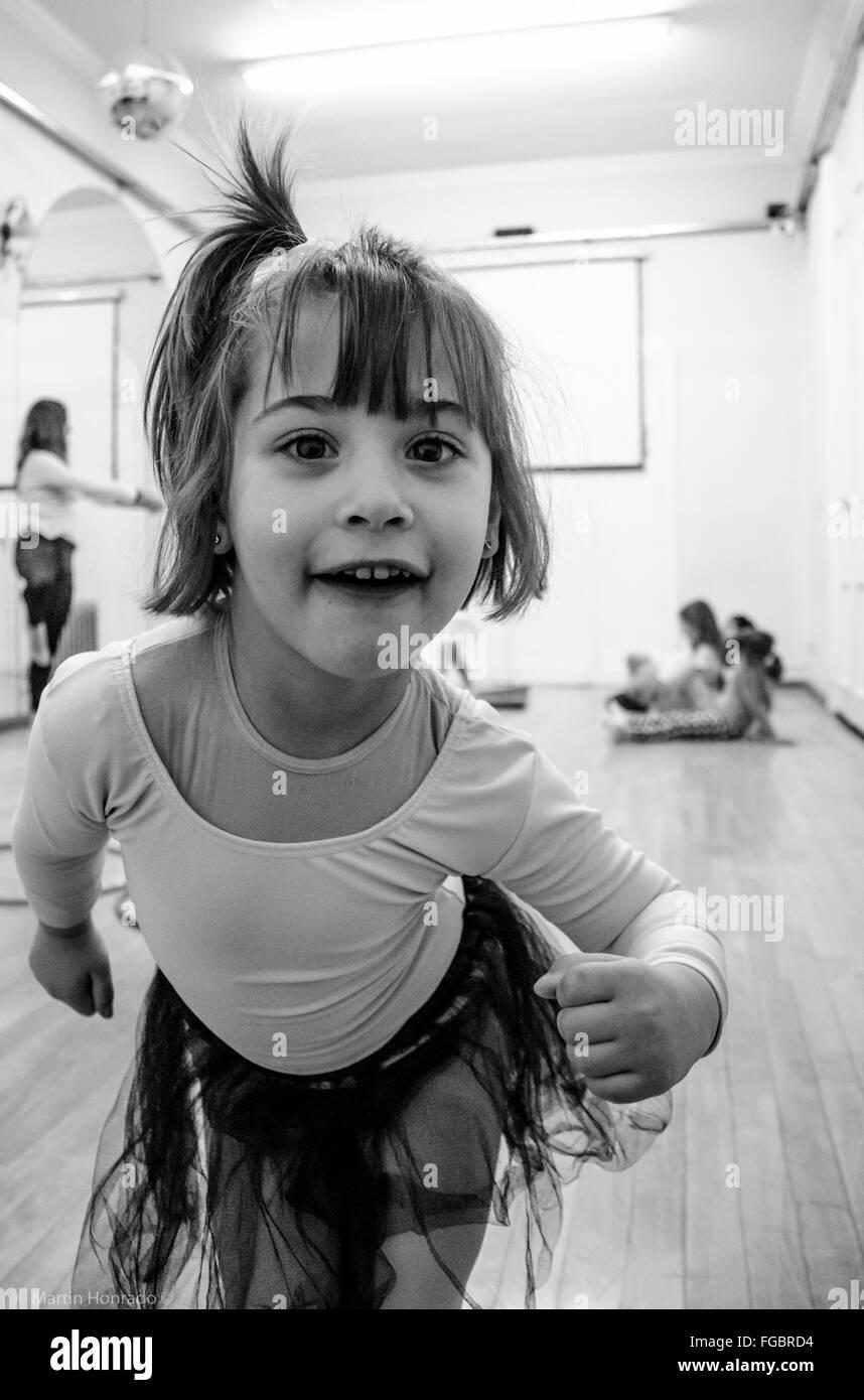 Ritratto di ragazza carina rendendo il viso a Studio Immagini Stock
