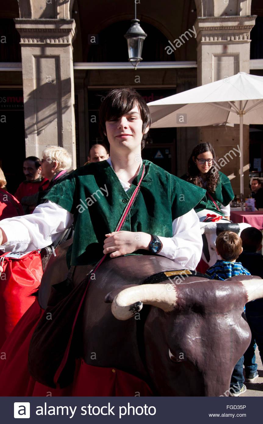 Santa Eulalia festival, Gigantes y Cabezudos, adolescente como toro, Plaza Real, Barcelona, España Immagini Stock