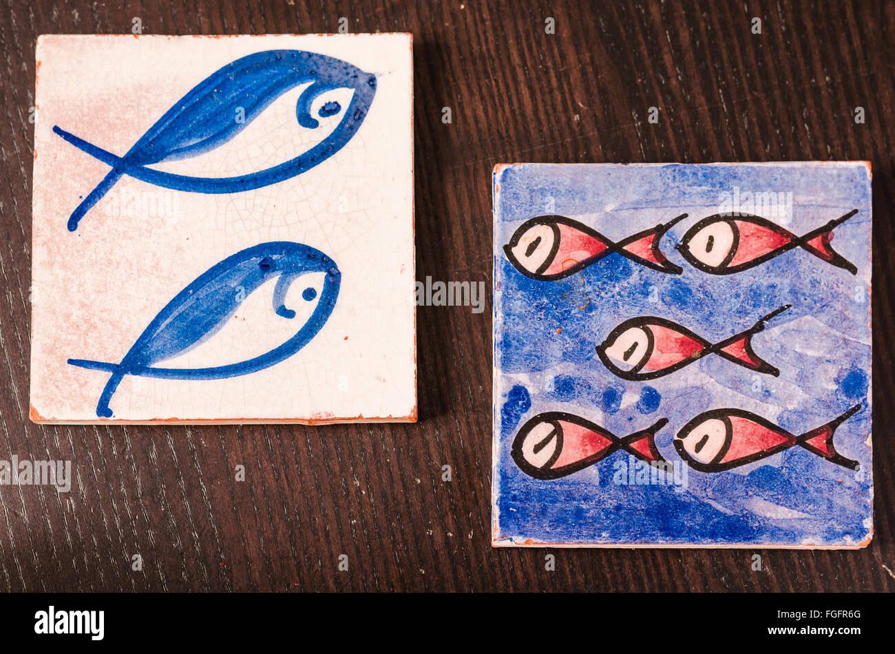 Piastrelle con pesci il disegno su di esso su di un tavolo di