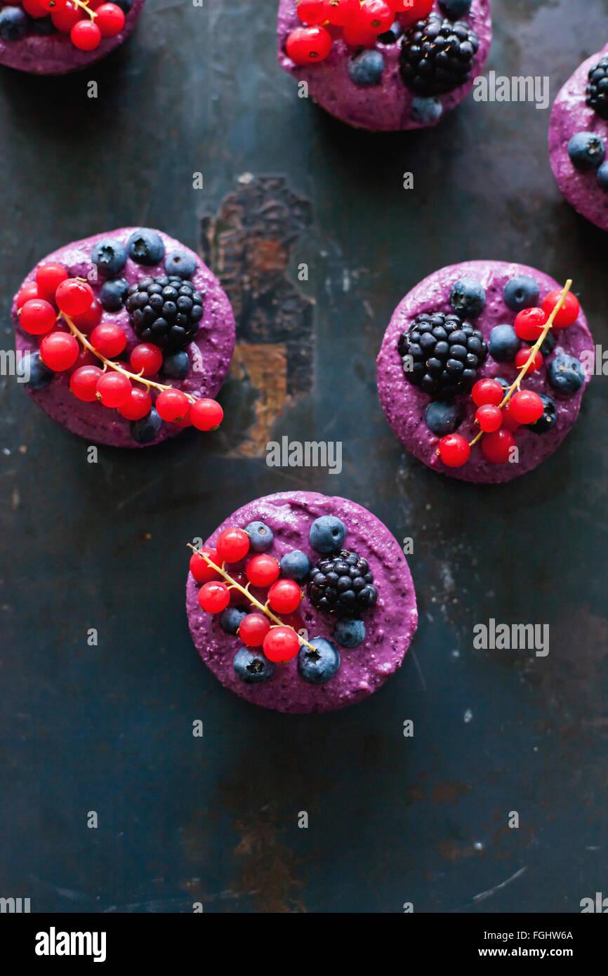 Vegan raw crostate di Berry su sfondo nero Foto Stock