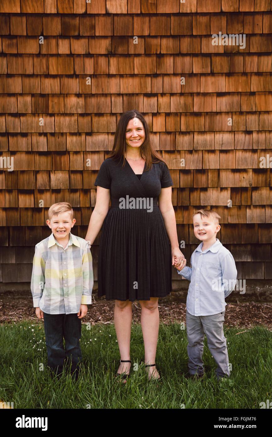 La mamma con due bambini, sia ragazzi, in un ritratto di uno stile di vita all'aperto. Immagini Stock