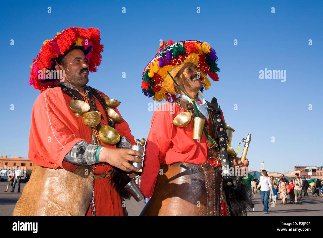 Il tradizionale 'Acqua Sellers' in Piazza Jemaa El Fna a Marrakech Immagini Stock