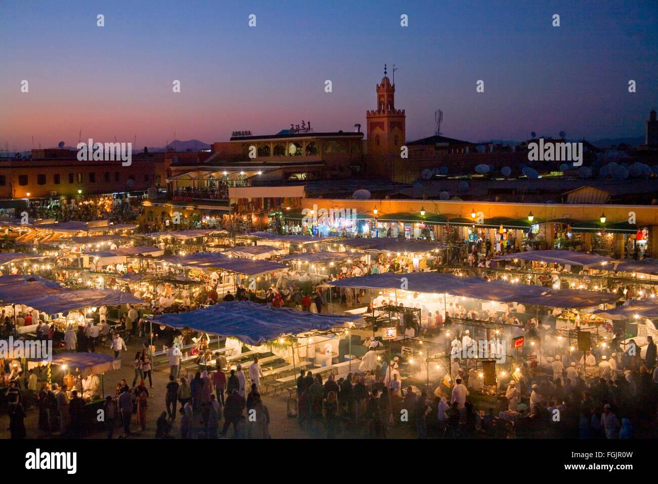 Sera caffè e bancarelle in Piazza Jemaa El Fna. Marrakech, Marocco Immagini Stock