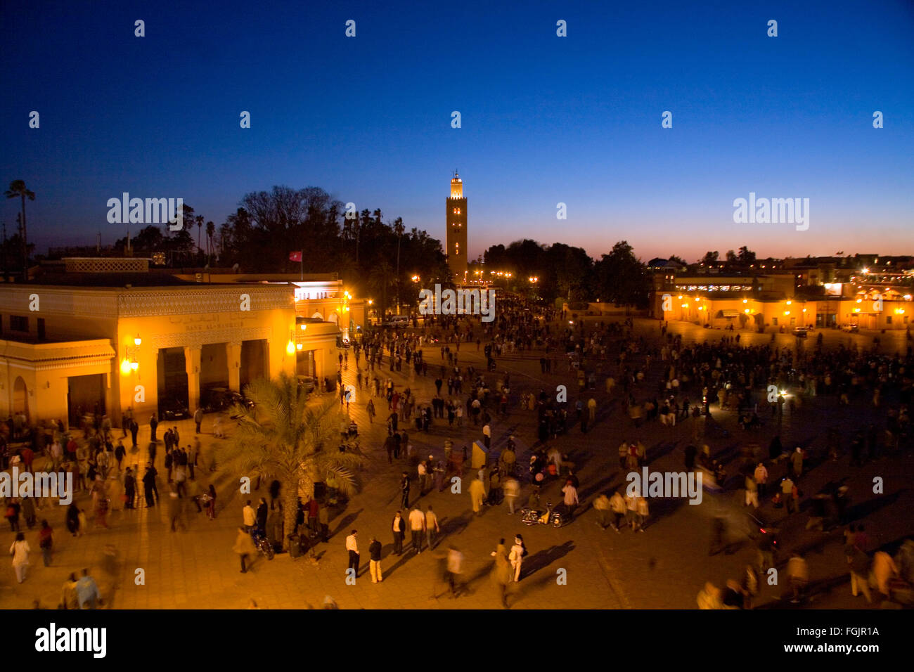La Moschea di Koutoubia al tramonto in Piazza Jemaa El Fna a Marrakech . Foto Stock