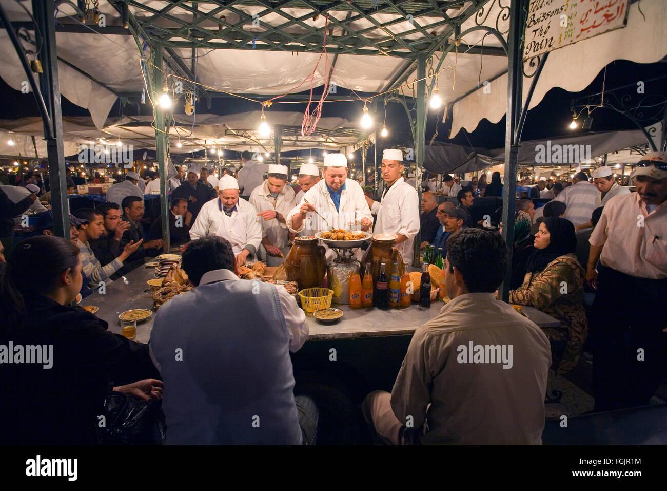 Mangiare fuori in Piazza Jemaa El Fna a Marrakech marocco Immagini Stock