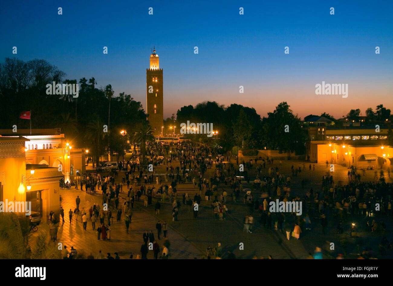 La Moschea di Koutoubia e la Piazza Jemaa El Fna a Marrakech in notturna. Il Marocco Immagini Stock