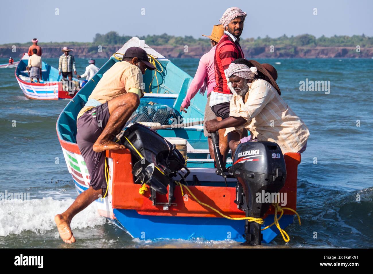 I pescatori preparano ad andare nel loro barche su una spiaggia vicino Malvan nel Maharashtra, India meridionale Immagini Stock