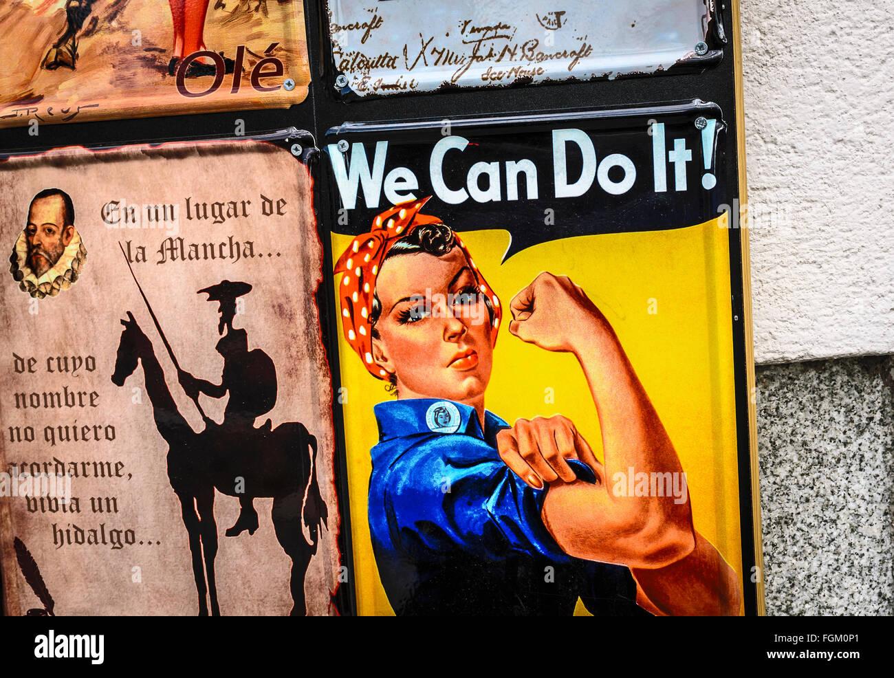Un cartello metallico nella parete di una via centrale della città di Madrid, Spagna Immagini Stock
