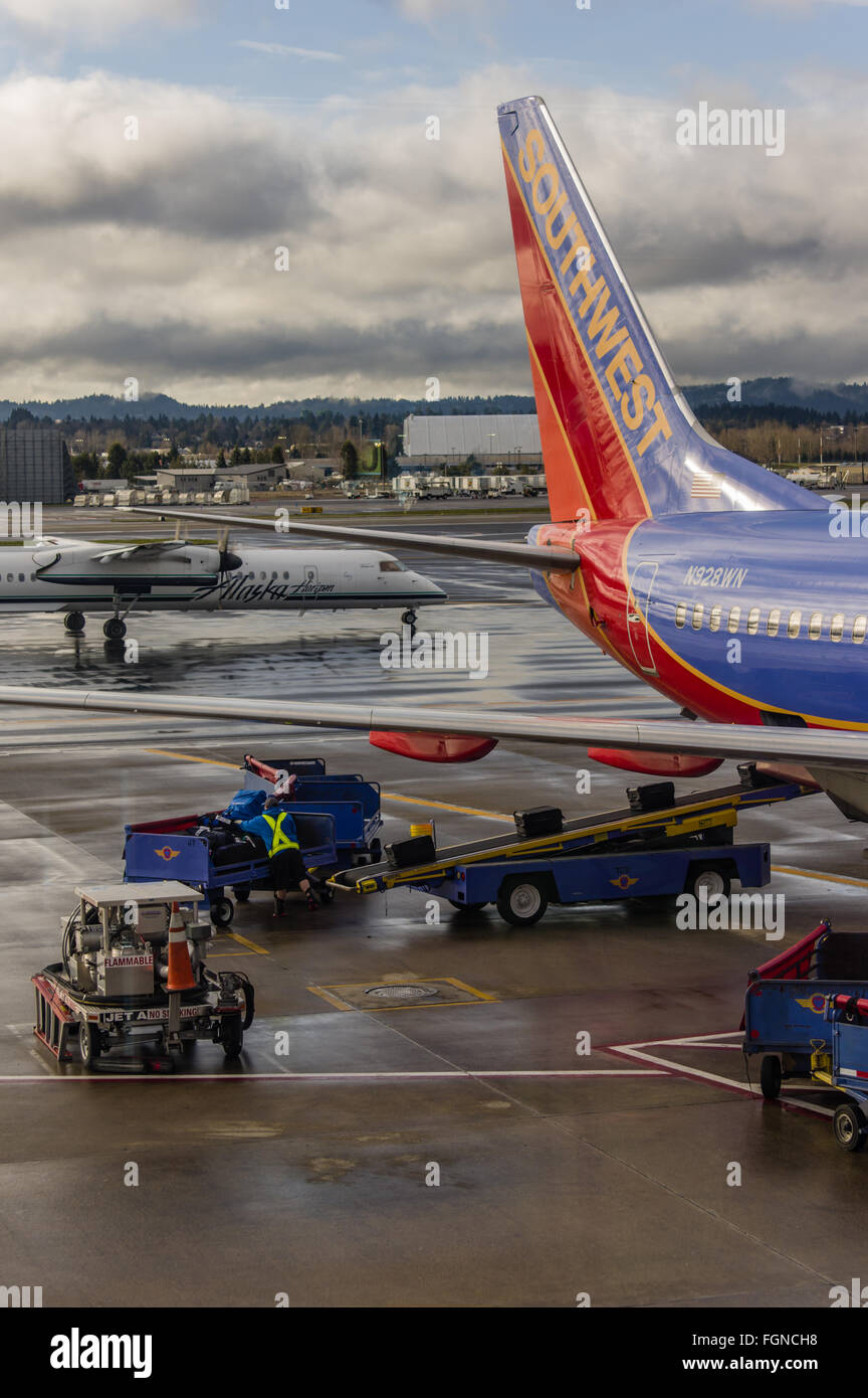 Bagagli carichi di handler bagaglio a bordo un Southwest Airlines Immagini Stock