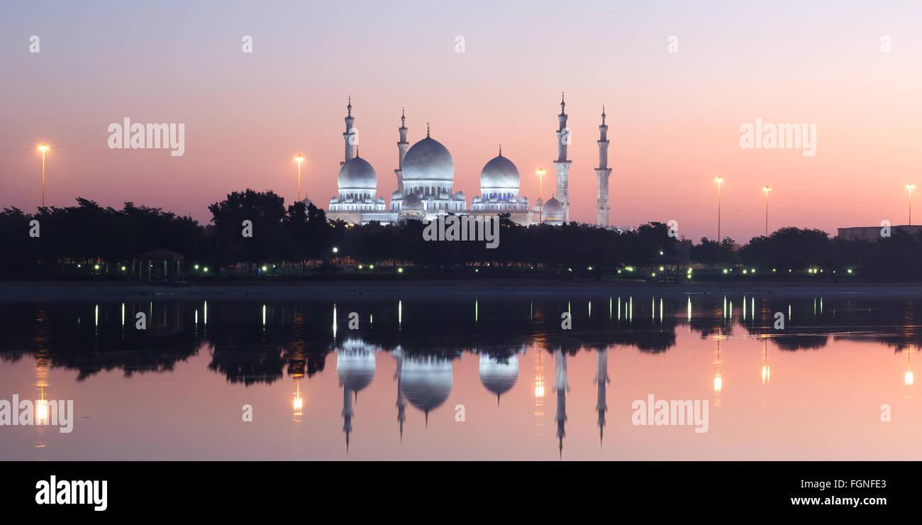 Sheikh Zayed Grande Moschea di Abu Dhabi, Emirati arabi uniti di sunrise Immagini Stock