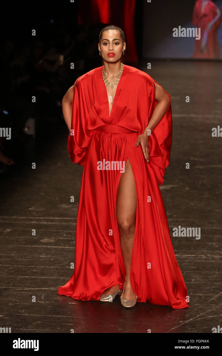 Skylar Diggins indossa Michael Costello a andare in rosso per le donne Red  Dress Collection 2016 f943197fbd1
