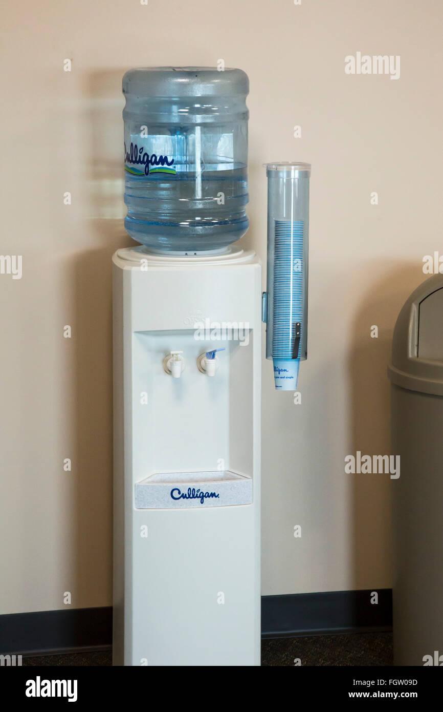 Selce, Michigan - Una bottiglia dello scambiatore di calore acqua nello stato edificio per uffici. Immagini Stock